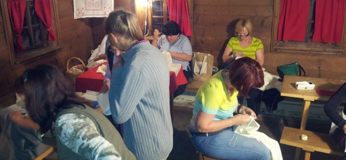 Tradicionalno šivanje po starem na Poletno muzejsko noč v Bohinju