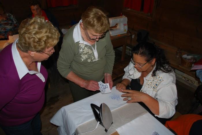 Odprtje razstave Le korak do Oplenove hiše: šivanje po starem na Poletno muzejsko noč