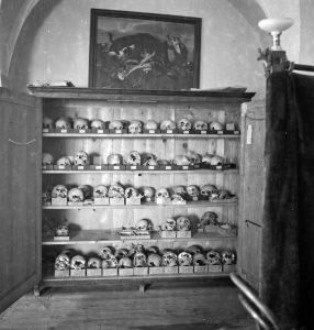 """[:SI]Muzejski večer Mnogo hrupa za nič: Potek in ozadje odkritja """"staroslovanskega svetišča"""" na ptujskem gradu; gost mag. Izidor Janžekovič[:] @ Ullrichova hiša"""